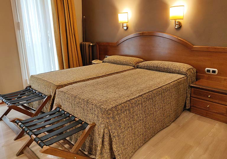 バルセロナのホテル ランブラス通り至近 ホテルヌーベル(Hotel Nouvel) 部屋のベッド