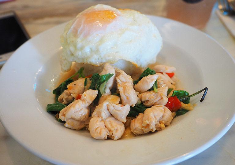 バンコク 王宮周辺のカフェ THE SIXTH ランチ 鶏肉のバジルと唐辛子炒め+ライスの卵のせ