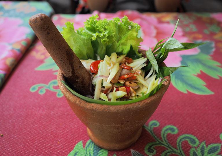 バンコク観光 ウィークエンドマーケットのレストラン ベトナム料理店Din Phow Cuisine パパイヤと乾燥エビとカニのサラダ