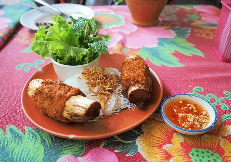 バンコク観光 ウィークエンドマーケットのレストラン ベトナム料理店Din Phow Cuisine サトウキビのエビペースト巻き