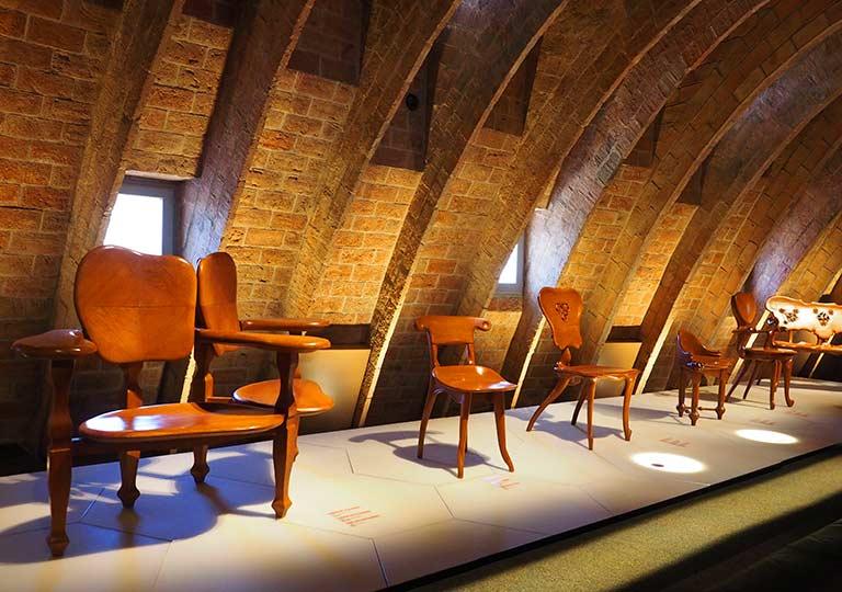 バルセロナ観光 カサミラ(Casa Milà)の内部 エスパイ・ガウディ(Espai Gaudi) ガウディが造った椅子