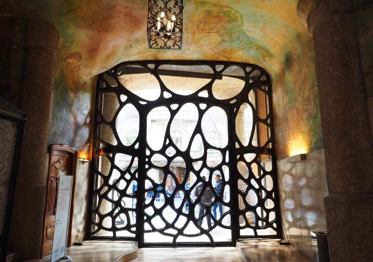 バルセロナ観光 カサミラ(Casa Milà)の内部 中庭の扉