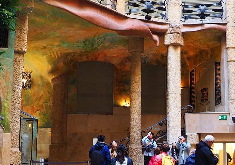 バルセロナ観光 カサミラ(Casa Milà)の内部 中庭の壁画