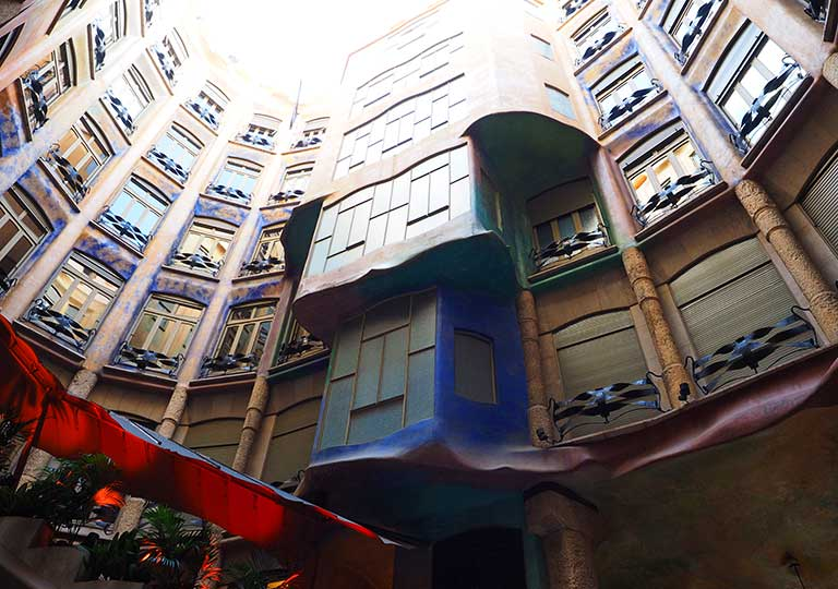 バルセロナ観光 カサミラ(Casa Milà)の内部 吹き抜けの中庭