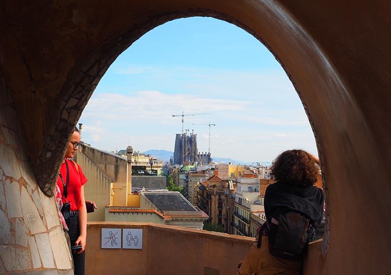 バルセロナ観光 カサミラ(Casa Milà)の屋上 アーチの中に見えるサグラダファミリア
