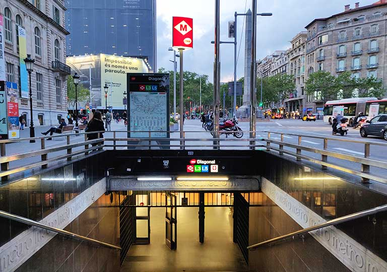バルセロナ観光 カサミラ(Casa Milà)の行き方 地下鉄ディアゴナル駅