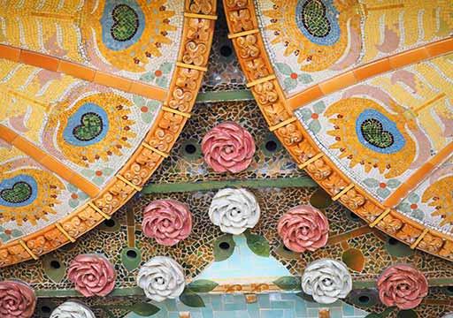 バルセロナ観光 カタルーニャ音楽堂(Palau de la Música Catalana)ガイドツアー コンサートホール 天井の装飾