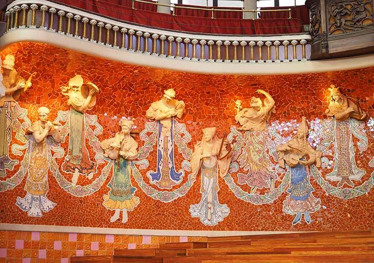 バルセロナ観光 カタルーニャ音楽堂(Palau de la Música Catalana)ガイドツアー コンサートホール ステージ奥のミューズの彫刻