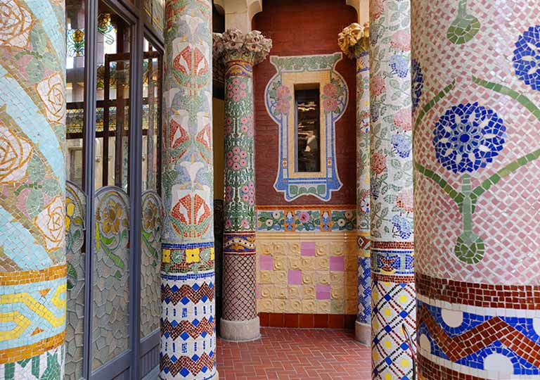 バルセロナ観光 カタルーニャ音楽堂(Palau de la Música Catalana)ガイドツアー ルイスミレーホール 花模様のモザイクの柱