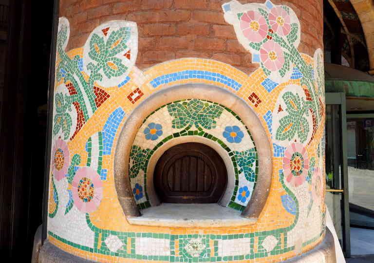 バルセロナ観光 カタルーニャ音楽堂(Palau de la Música Catalana) 外観の柱の小窓