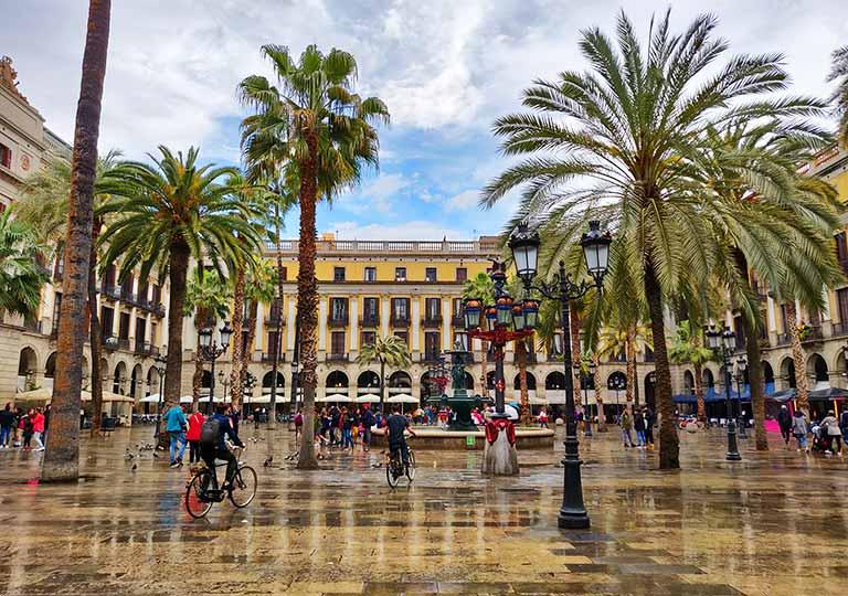 バルセロナ観光 おすすめ観光地・モデルコース レイアール広場(Plaça Reial)