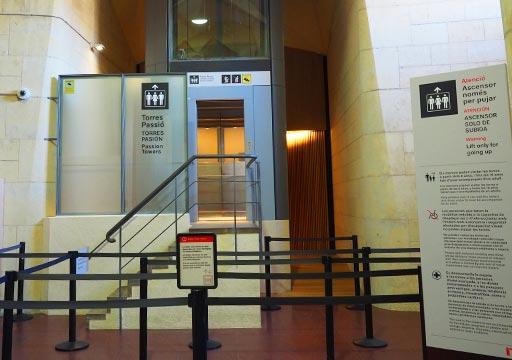 バルセロナ観光 サグラダファミリア 受難の塔エレベーター
