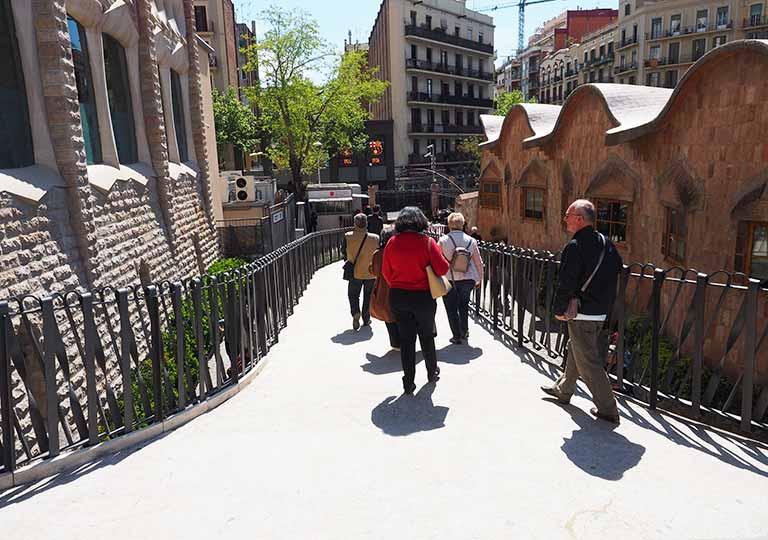バルセロナ観光 サグラダファミリア(Sagrada Familia) 地下博物館への道 学校