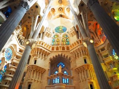 「サグラダファミリアの内部を観光!教会、ステンドグラス、塔の異世界感がすごい」 トップ画像