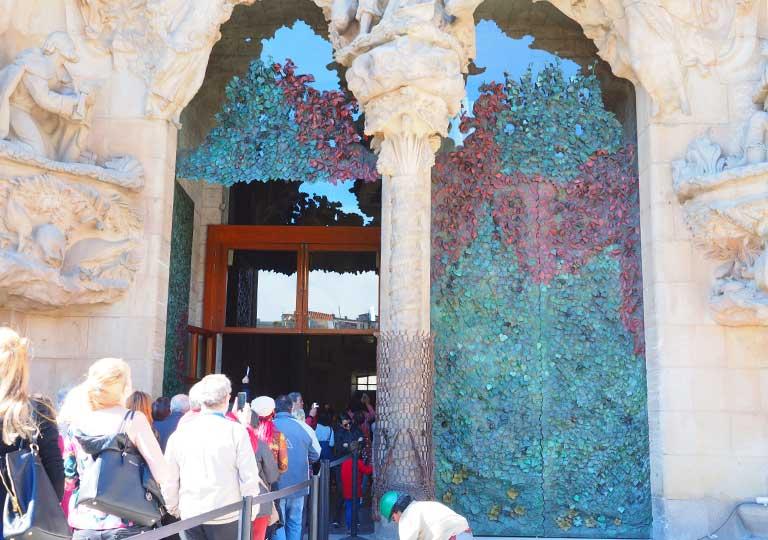 バルセロナ観光 サグラダファミリア(Sagrada Familia) 生誕のファサード 聖堂への入り口