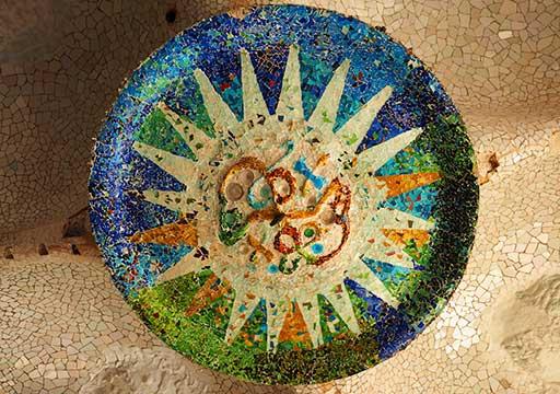 バルセロナ観光 グエル公園(Park Güell) 見どころ④列柱ホール(市場) 太陽と月の飾り