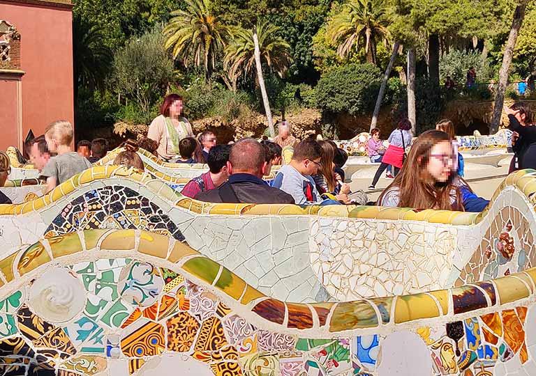 バルセロナ観光 グエル公園(Park Güell) 見どころ⑤中央広場(ラ・ナトゥーラ広場)の波打つベンチ