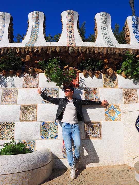 バルセロナ観光 グエル公園(Park Güell) 見どころ③大階段 トレンカディス(粉砕タイル装飾)と二コラ