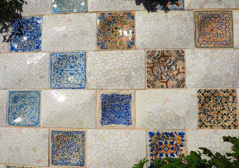 バルセロナ観光 グエル公園(Park Güell) 見どころ③大階段 トレンカディス(粉砕タイル装飾)
