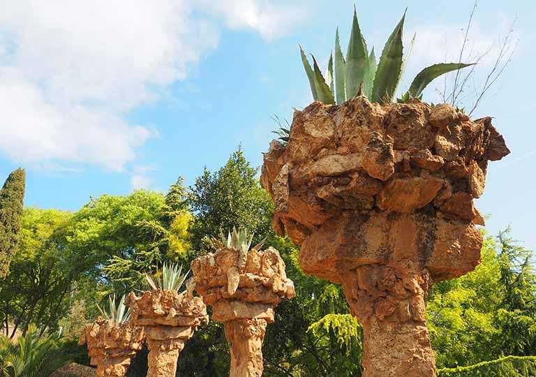 バルセロナ観光 グエル公園(Park Güell) 見どころ⑪高架橋 石造りのヤシの木のプランター