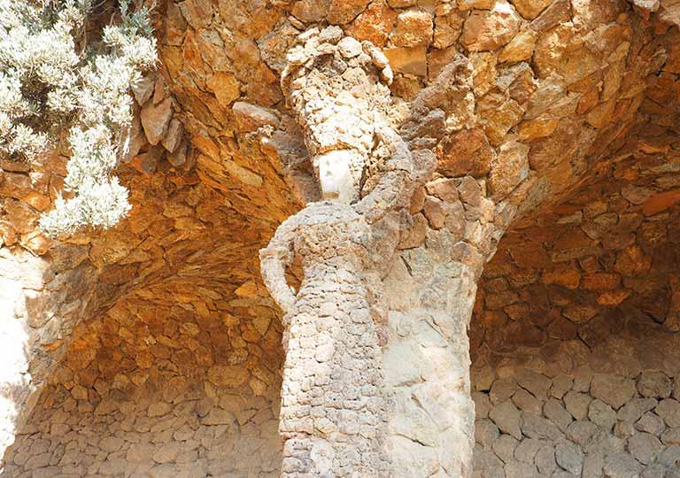 バルセロナ観光 グエル公園(Park Güell) 見どころ⑥洗濯女(ブガデラ)の回廊 女性像
