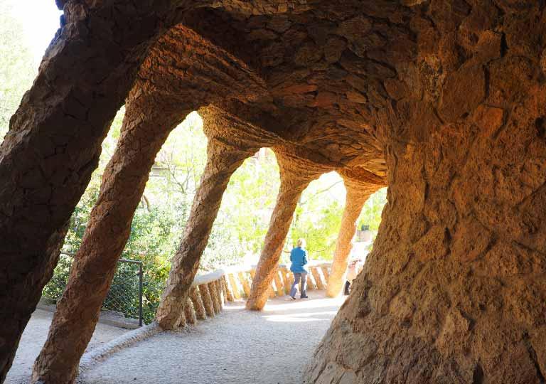 バルセロナ観光 グエル公園(Park Güell) 見どころ⑥洗濯女(ブガデラ)の回廊 螺旋状の柱