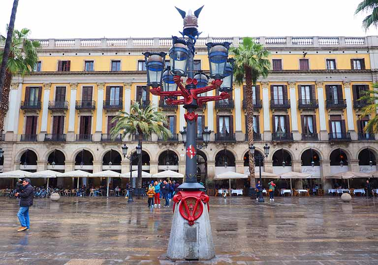 バルセロナ観光 ランブラス通り(La Rambla) レイアール広場(Plaça Reial) ガウディが造った街灯