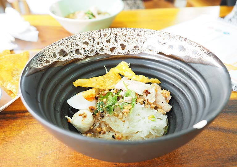 バンコク観光 レストランGolden Mount Kitchen 汁なしヌードル
