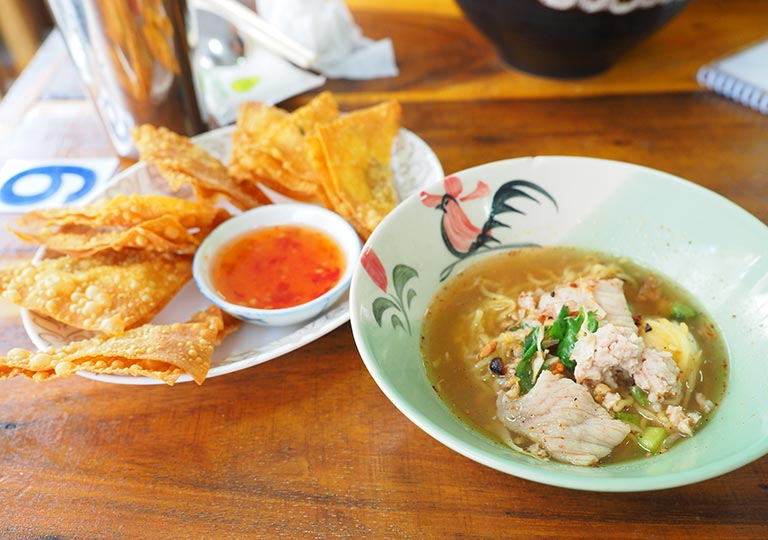 バンコク観光 レストランGolden Mount Kitchen トムヤムスープの卵麺とカリカリの豚肉ワンタン