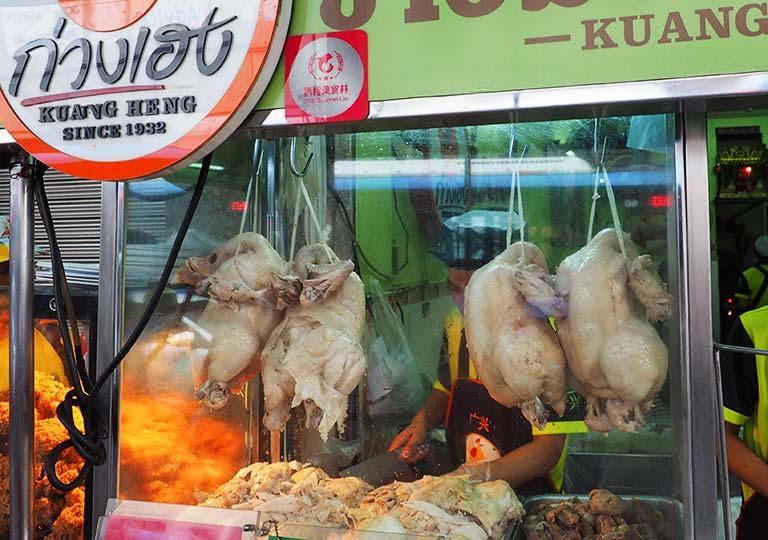 バンコクグルメ カオマンガイレストランの鶏肉のディスプレイ