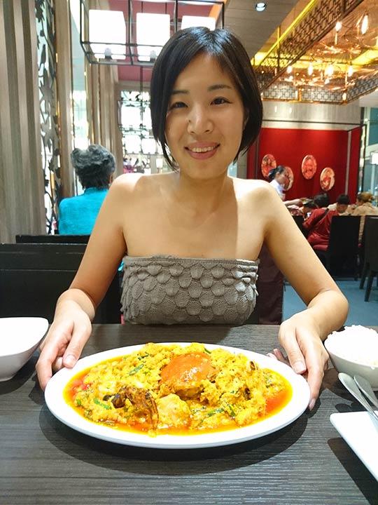 バンコク観光 ソンブーンシーフードでプーパッポンカリーを食べるエナ