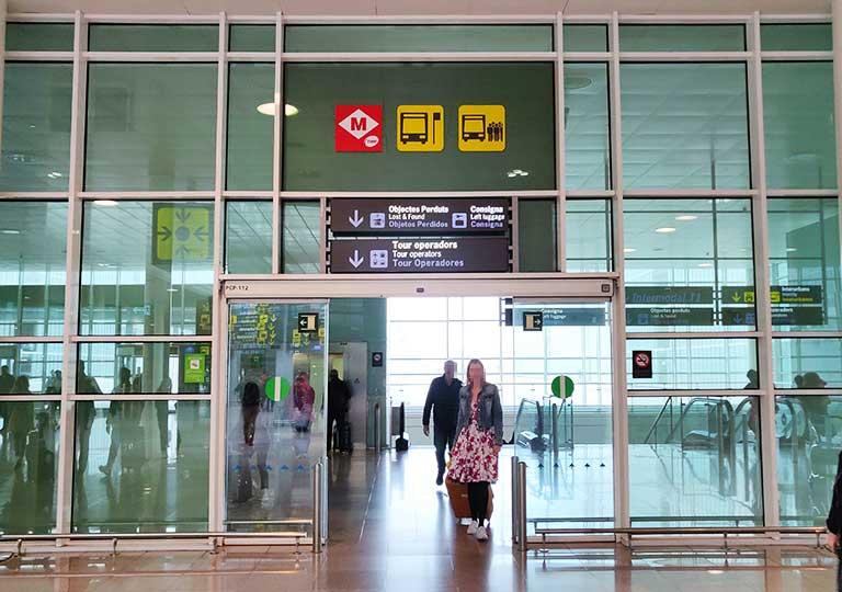 バルセロナ観光 バルセロナ空港 地下鉄の案内標識