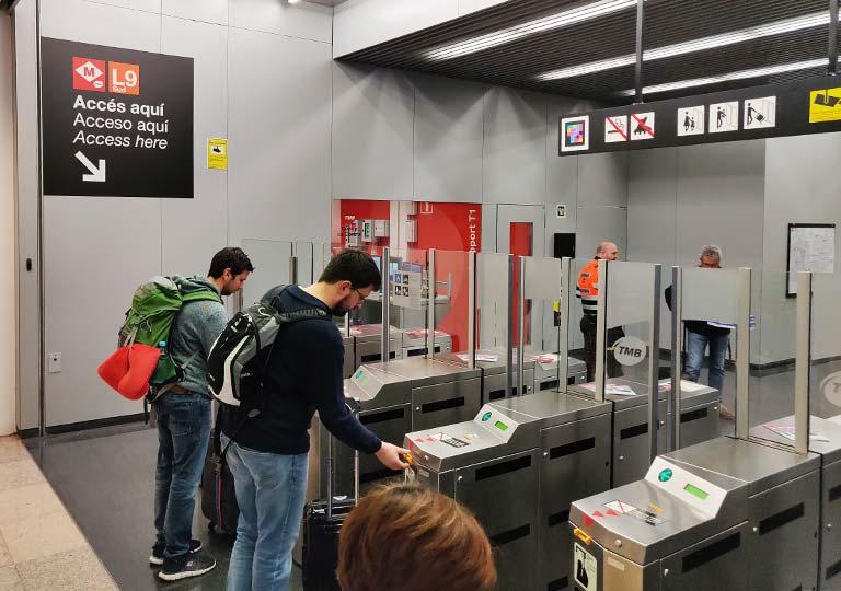 バルセロナ観光 バルセロナ空港 地下鉄の改札