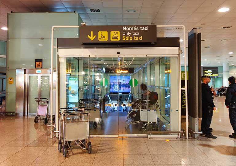 バルセロナ観光 バルセロナ空港 タクシー乗り場の案内標識