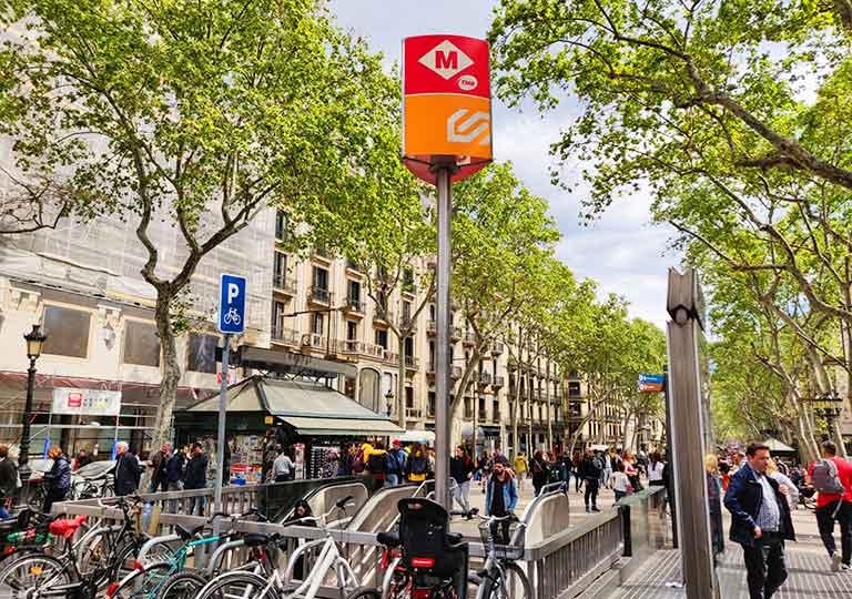 バルセロナ観光 地下鉄(メトロ)の案内標識 Mマーク