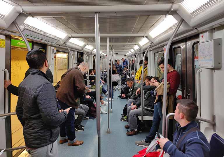 バルセロナ観光 地下鉄(メトロ) 電車の中