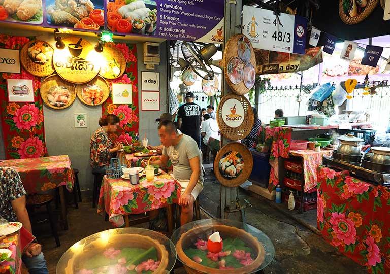 バンコクグルメ ウィークエンドマーケットのレストラン Din Phow Cuisin