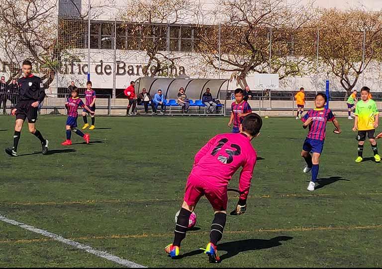 FCバルセロナ サッカーの練習をする少年たち