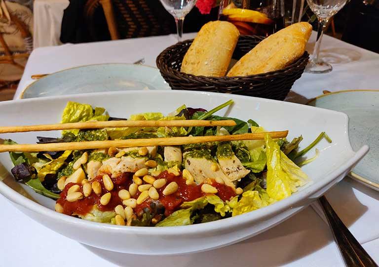 バルセロナグルメ ラス・キンザ・ニッツのコンフィ・チキンサラダ
