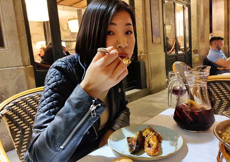 バルセロナグルメ ラス・キンザ・ニッツのパエリアを食べるエナ