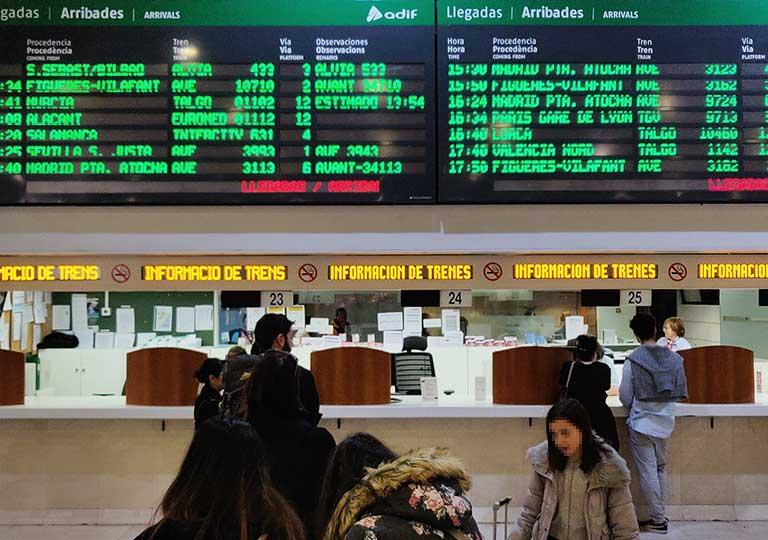 バルセロナ・サンツ駅  時刻の電光掲示板