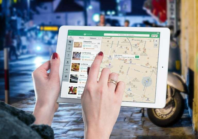 iPadを使ってネット検索している画像