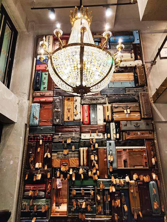 台中 1969ブルースカイホテル(1969 藍天飯店) ロビーのスーツケース