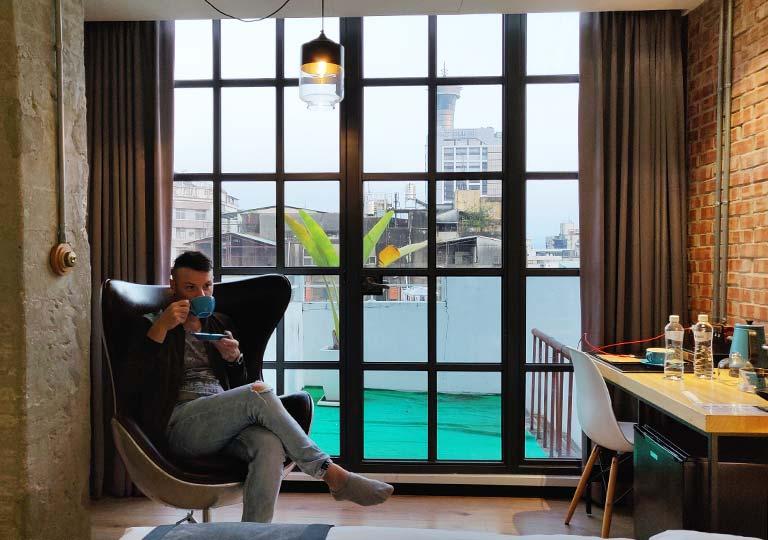 台中 1969ブルースカイホテル(1969 藍天飯店) 客室でコーヒーを飲む二コラ