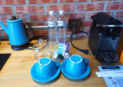 台中 1969ブルースカイホテル(1969 藍天飯店)の客室 デスクの上のコーヒーメーカー