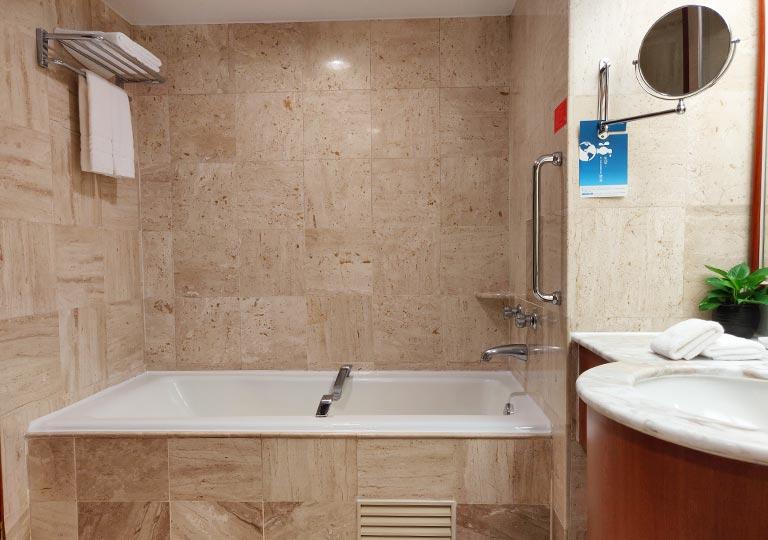 台中 エバーグリーンローレルホテル(長栄桂冠酒店) 客室のバスタブ