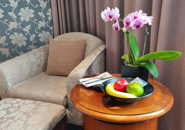 台中 エバーグリーンローレルホテル(長栄桂冠酒店) 客室のテーブルと椅子