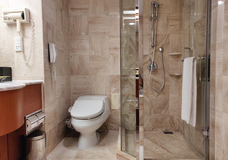 台中 エバーグリーンローレルホテル(長栄桂冠酒店) 客室のシャワーとトイレ