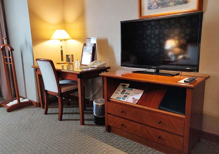 台中 エバーグリーンローレルホテル(長栄桂冠酒店) 客室のTVとデスク