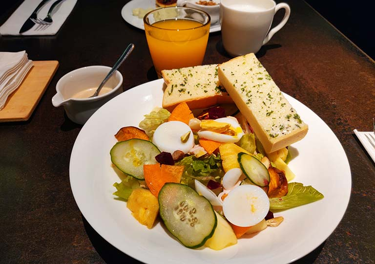 台中 レッドドットホテル(紅點文旅) 朝食のチキンサラダ